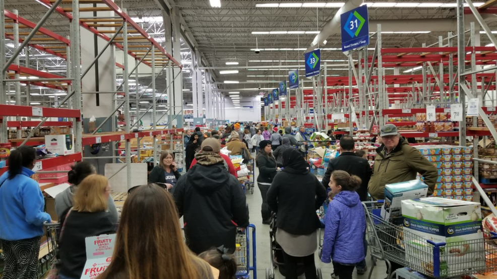 What Time Does Sams Club Open On Sunday >> Closing Frenzy Sam S Club Customers Wait 1 5 Hours Score 50 Off